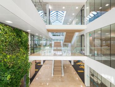 vide abn amro kantoor den haag met lichtkap en groene muur