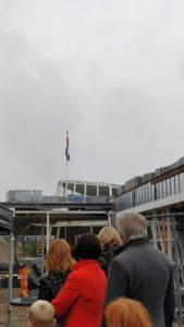 gehesen Nederlandse vlag met toeschouwers op bouwplaats